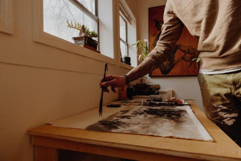 Artista pintando un cuadro