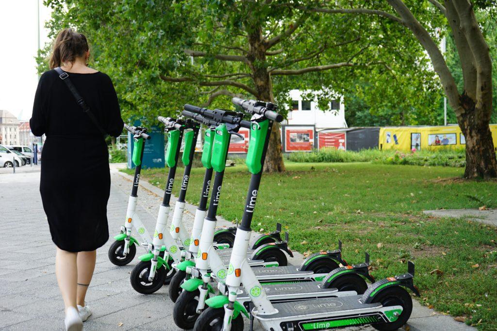Estacionamiento de patinetes de uso compartido.